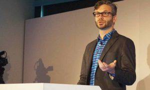 Greg Corrado google Tai Nghe Tương Lai Có Thể Tự Động Dịch Mọi Ngôn Ngữ
